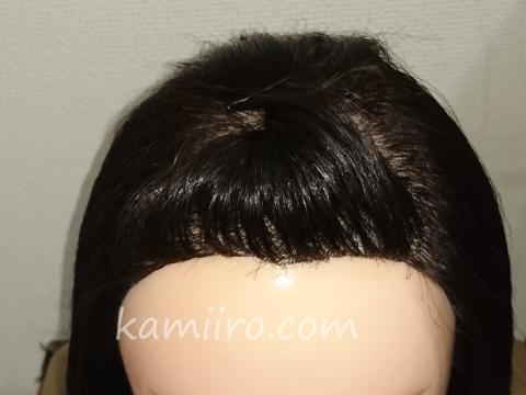 前髪を上げて留めた事例マネキン写真。斜め上