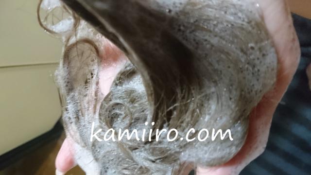 ナンバーロッカン(No.6can)で洗って泡立ている髪。