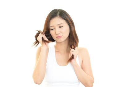 枝毛が気になる女性