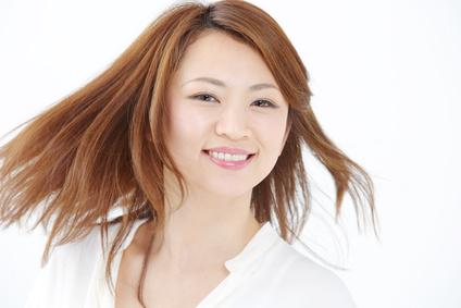 綺麗に染まった髪に笑顔の女性