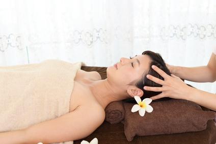 ヘッドスパの施術を受ける女性