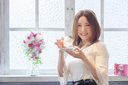 コーヒーを楽しむ笑顔のアラフォー女性