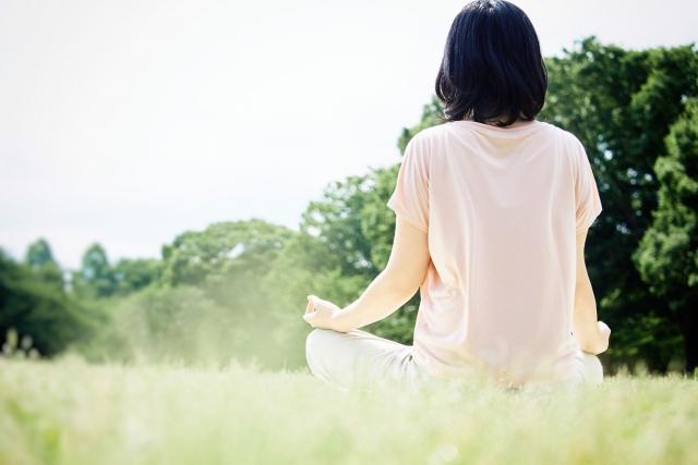 芝生に座っている女性