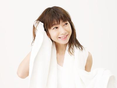 お風呂上り、タオルで髪を乾かす女性