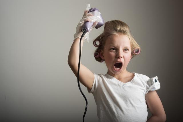 ドライヤーで髪を乾かす女の子