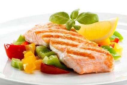 野菜と魚の料理。写真