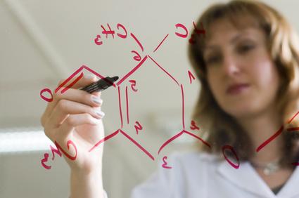 遺伝子の構造を書く白衣の女性