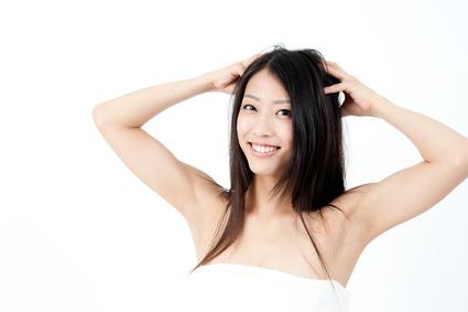 頭皮マッサージする女性