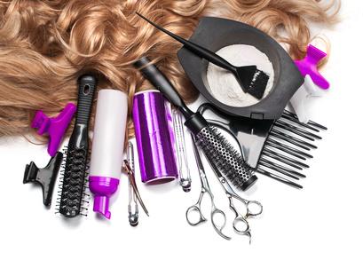 カラーリングの道具とヘアウィッグのイメージ写真