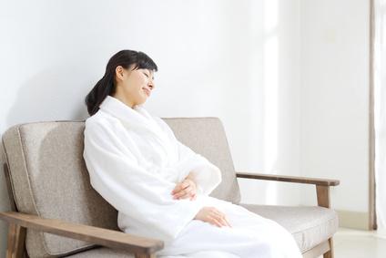 お風呂上がりリビングでうたた寝する女性