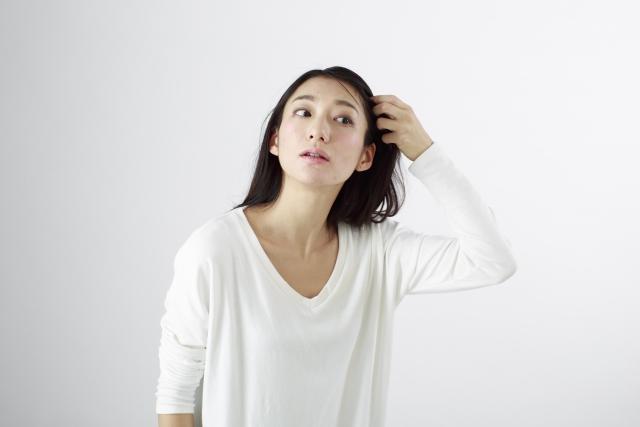 髪を気にする40代女性