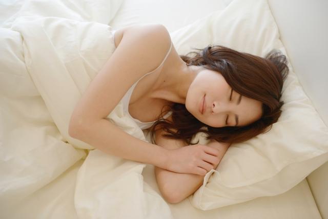 ベッドで熟睡する女性