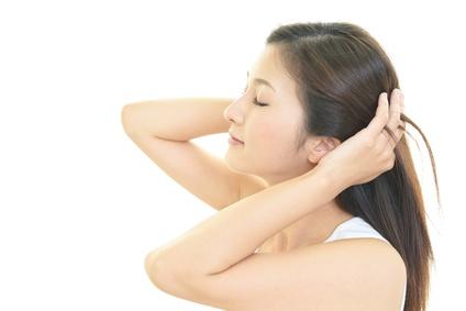 髪をかき上げる女性の横顔
