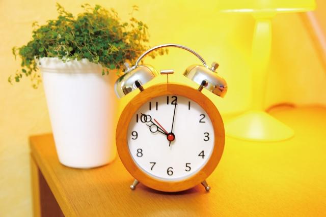 テーブルの上の目覚まし時計