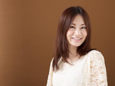 茶色い髪の笑顔の女性