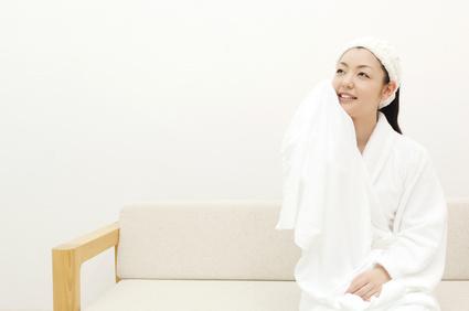 お風呂上りバスローブを着てくつろぐ女性