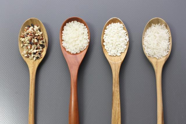 米・玄米を乗せた4本のスプーン