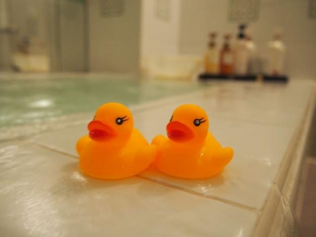 浴槽においてあるアヒルのおもちゃ