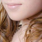 くせ毛の女性。首元