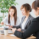 会議中の女性たち
