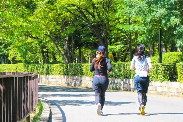 公園でウォーキングしている女性