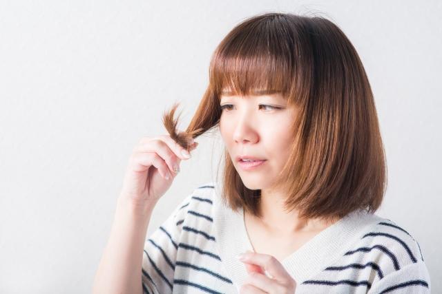 パサパサした髪を見てガッカリする女性