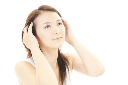 指先で頭皮をチェックしている女性
