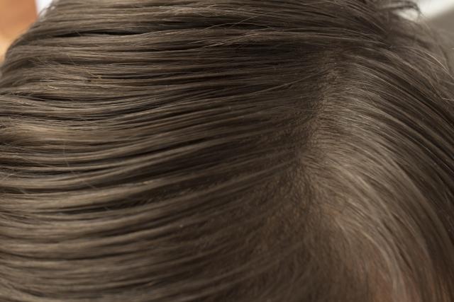 猫っ毛の女性の頭頂部
