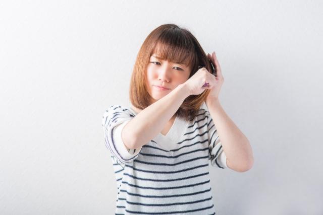 ブラシが髪に引っ掛かる女性