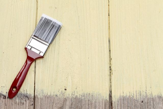 塗装した木板と刷毛