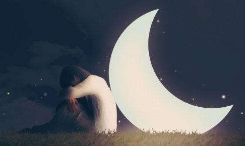 月にもたれかかる女性