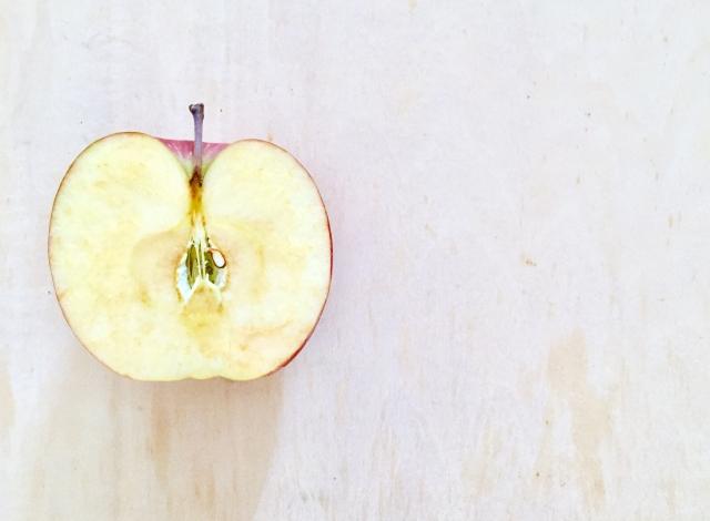 酸化してきているリンゴ