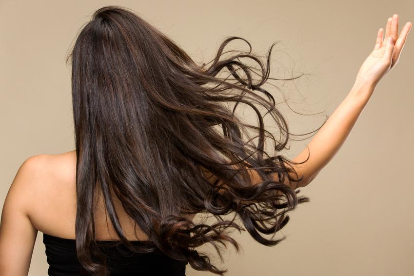 躍動感のある髪、女性の後ろ姿