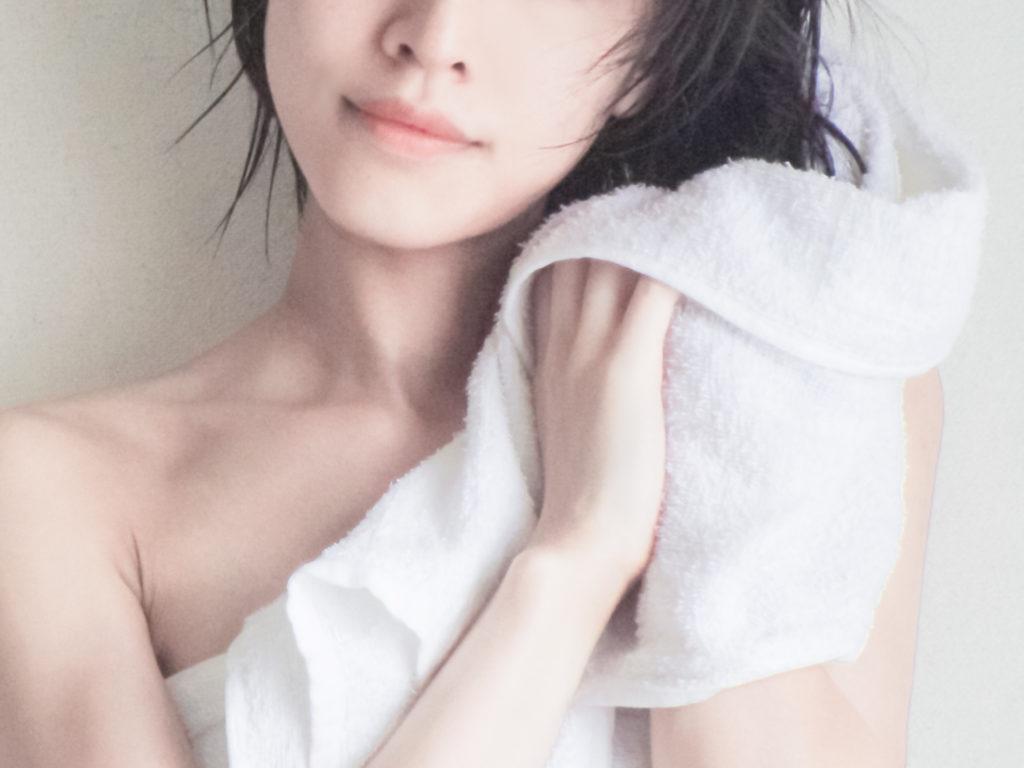 お風呂上りバスタオルで髪を拭く女性