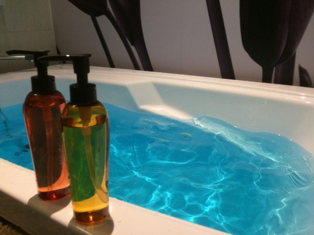 浴槽とシャンプーボトル
