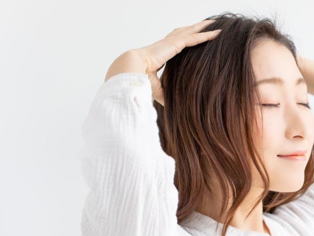 頭皮をマッサージする女性
